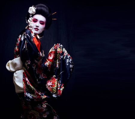 Geisha im Kimono auf Schwarz