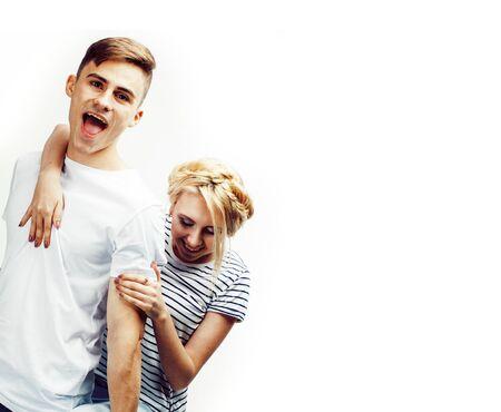 Jonge mooie tiener paar, hipster man met zijn vriendin gelukkig lachend en knuffelen geïsoleerd op een witte achtergrond, lifestyle mensen concept