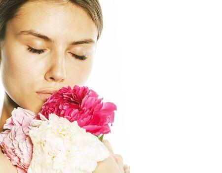 Mujer joven belleza con flor peonía rosa primer plano maquillaje suave tierna mirada suave Foto de archivo
