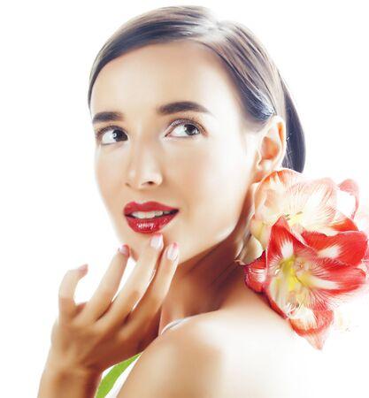 joven mujer bonita morena real con flor roja amaryllis closeup aislado sobre fondo blanco. Maquillaje de moda elegante, lápiz labial brillante, uñas cuidadas creativas de Ombre