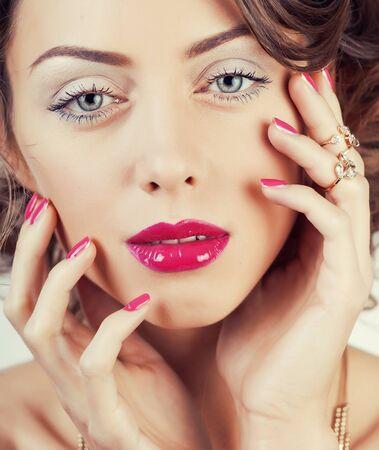 beauté jeune femme de luxe avec bijoux, bagues, ongles gros plan sur blanc