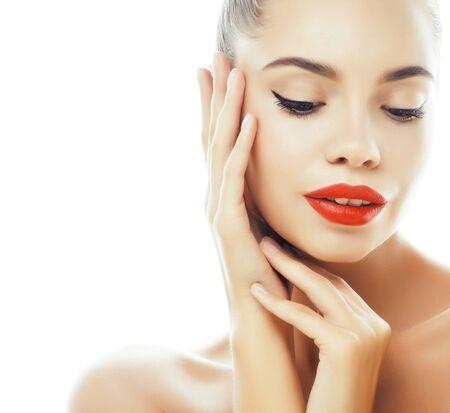 jonge mooie brunette echte vrouw close-up geïsoleerd op een witte achtergrond. Fancy fashion make-up, natuurlijke uitstraling spa