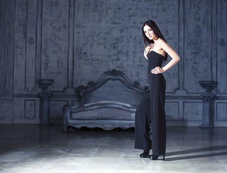 Schönheit junge brünette Frau in Luxus-Wohneinrichtung, feenhafte Schlafzimmer reiche Leute Konzept