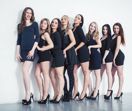 Viele verschiedene Frauen in der Schlange, die schicke kleine schwarze Kleider tragen, Party-Make-up, Vize-Trupp-Konzept-Lifestyle