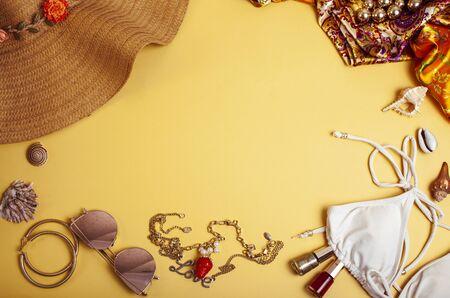 divers trucs de fille de voyage sur fond coloré bleu et jaune, concept de mode de vie touristique personne Banque d'images