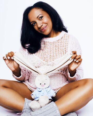 junge hübsche Afroamerikanerfrau schwanger glücklich lächelnd, posierend auf weißem Hintergrund isoliert, Lebensstil Menschen Konzept Copyspace