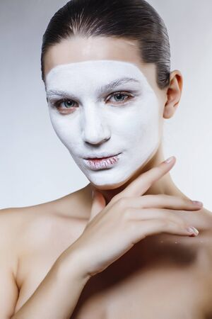 pretty caucasian girl in white mask on face, cosmetic spa concept Banque d'images