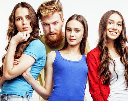 compagnie de mecs hipsters, étudiants garçons et filles aux cheveux roux barbus s'amusant ensemble entre amis, style de mode diversifié, concept de personnes lifestyle isolé sur fond blanc