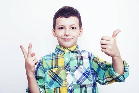 petit vrai garçon mignon sur fond blanc geste souriant en gros plan, concept de personnes de style de vie