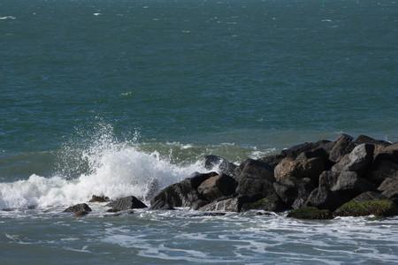 ocean waves: ocean waves crushing on rocks
