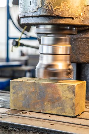 Macchina utensile di fresatura che si prepara a elaborare i dettagli del ferro nella fabbrica di produzione industriale
