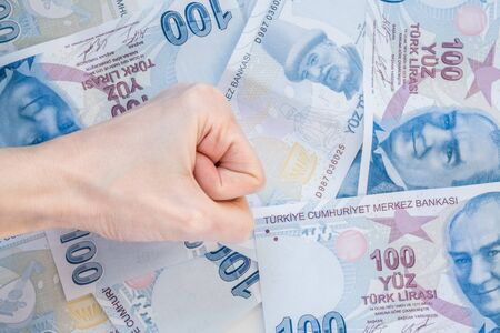 Close up of female hand on 100 Turkish Lira (TRY) banknotes Stok Fotoğraf