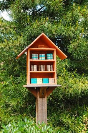 Boîte en bois d'abeille dans le parc Banque d'images - 12374107