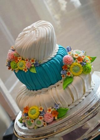 Kleurrijke fondant bruidstaart