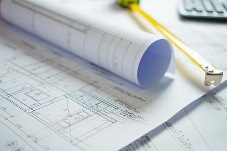 Plano de la casa en el escritorio del arquitecto.