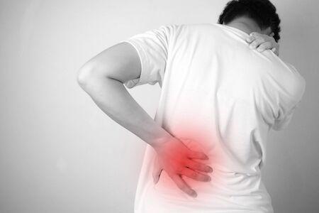 Asiatische Menschen mit Rückenschmerzen, isoliert auf weißem Hintergrund, Schwarz-Weiß-Bilder.