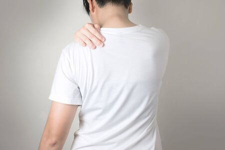 Asian people have shoulder pain. By using the handle on the shoulder. Imagens