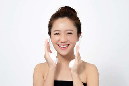 Asian women use facial cleansing foam to remove makeup from the face. Reklamní fotografie