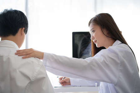 Woman doctor was explaining to the patient and she encouraged the examinations and X-rays. Imagens