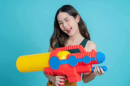 Asian woman use water gun for Songkran. Banco de Imagens - 166003521