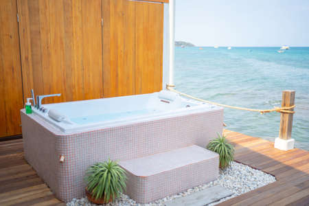 A bathtub with a background with sea views in Thailand. Banco de Imagens