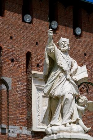 kruzifix: Bischof kämpft mit einem Kruzifix Lizenzfreie Bilder