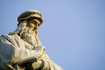 Hoofd van het standbeeld van Leonardo da Vinci in Milaan