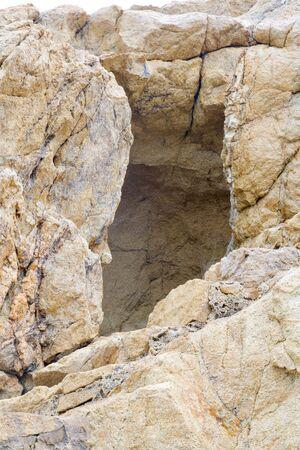 Trou ouvert, une grosse pierre devant