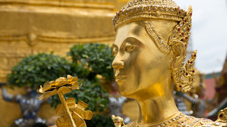 Angelo dorato statua del tempio Buddha di smeraldo (Wat Phra Kaew) e Royal Grand Palace, Bangkok, Thailandia.