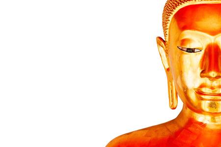 Halbe Gesichts-Ansicht einer alten Buddha-Statue getrennt auf einem weißen Hintergrund.