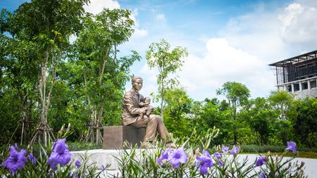 adulyadej: NAKORNPATHOM - SEPTEMBER 25, 2016: Monument of Prince Mahidol Adulyadej at Mahidol University , Thailand. Editorial