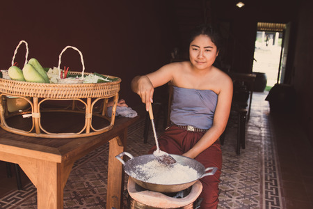 mujeres cocinando: Kanchaburi, Thailand - November 12, 2016: Unidentified traditional Thai style seller with preparing dessert in thailand ancient simulation park, kanchanaburi. Editorial