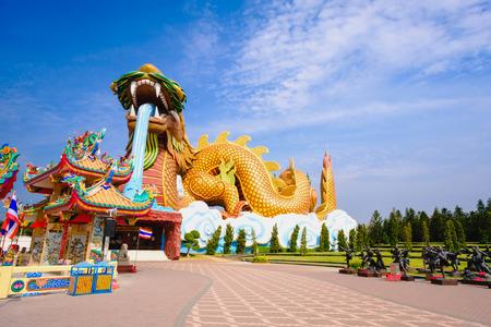 タイ スパンブリー市青空背景のドラゴンの子孫公共博物館に大きな龍 報道画像