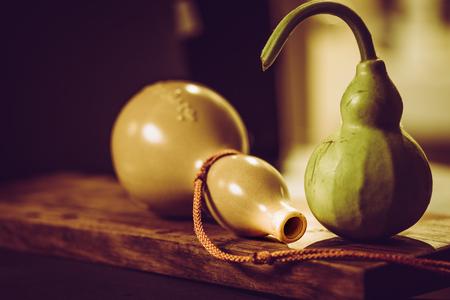 yerba mate: Imagen de la vendimia y luz suave de calabaza fresca y amuleto de calabaza de piedra en la madera. Foto de archivo