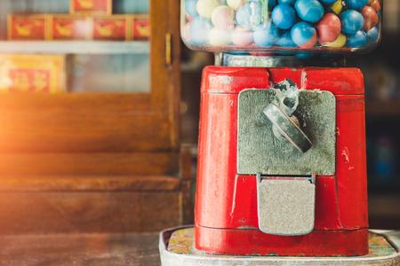 Oud speelgoed van Eierengokautomaat met kleurrijke eieren, Uitstekende achtergrond.