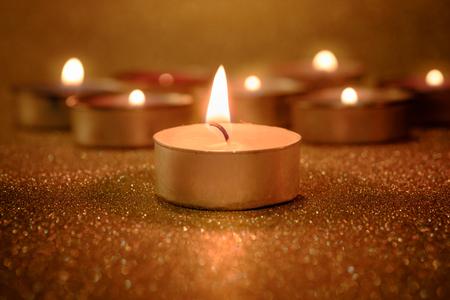 Gebet und Hoffnung Konzept . Retro Lampe Licht mit Lichteffekt und Glitter abstrakten Hintergrund mit Bokeh defokussiert Lichter Standard-Bild - 82956415