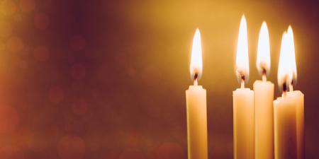Gruppe des goldenen Kerzenlichtes des Stilllebens mit Reflexion auf weichem Rot verwischte Hintergrund. Abstrakter Hintergrund für beten oder Meditationstitel und Hoffnungskonzept. Standard-Bild - 82901538