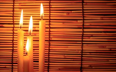 memorial cross: Grupo de luz de la vela en el viejo fondo de madera borroso en la noche. Enfoque selectivo en la vela tha con efecto de luz suave.