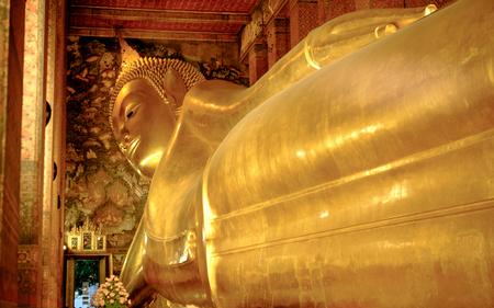Der große goldene stützende Buddha innerhalb des Wat Pho Tempels ist das Markstein von Bangkok, von Thailand und von Asien. Standard-Bild - 83640956