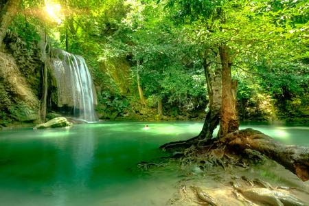 美しい深い森池カンチャナブリ、タイ エラワン国立公園内。