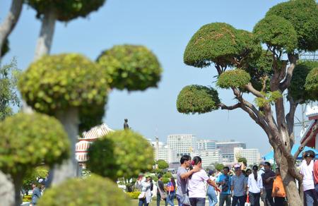 wat arun: The people come to Wat Arun Editorial