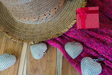 sciarpe: Cuore d'argento, regalo, sciarpe, cappello in legno decorato per San Valentino. Concetto di San Valentino.