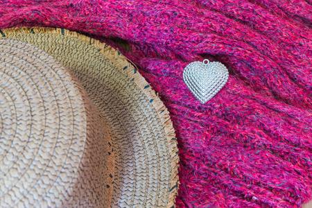 sciarpe: Cuore d'argento e cappello su sciarpe, decorato per San Valentino. Concetto di San Valentino.