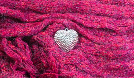 sciarpe: Primo piano del cuore d'argento su sciarpe decorati per San Valentino. Concetto di amore.