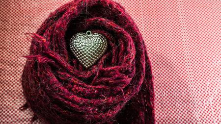 sciarpe: Cuore d'argento su sciarpe decorate per San Valentino. Concetto di amore.