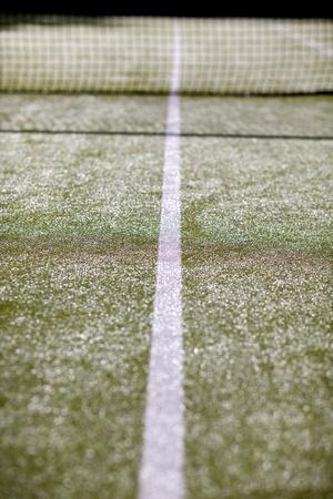 Witte lijnen op een astro turf tennisbaan