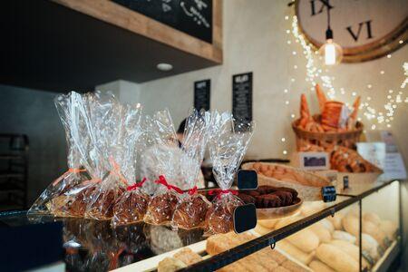 Vielfältiges Gebäck in der Bäckerei Standard-Bild