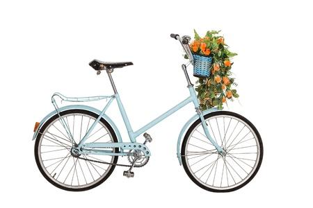 bicicleta retro: Old bicicleta retro azul con el ramo de flores en la cesta aislada en el fondo blanco Foto de archivo