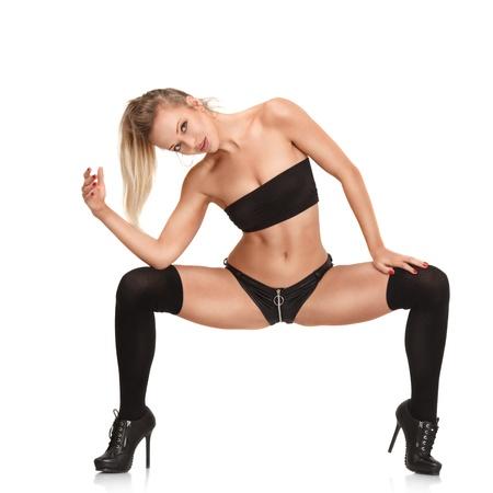 ejercicio aeróbico: Sexy joven mujer rubia bailando en el club de noche aislado en el fondo blanco
