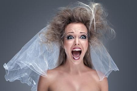 loco: Joven modelo de manera hermosa con maquillaje creativo cerca de retrato